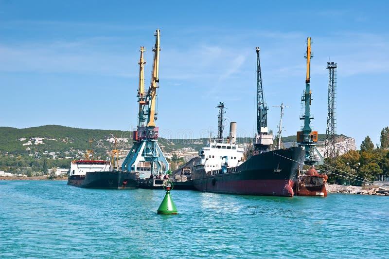 Ładunków statki dokowali dla ładować w starym schronieniu Zielony boja zakończenie obrazy stock
