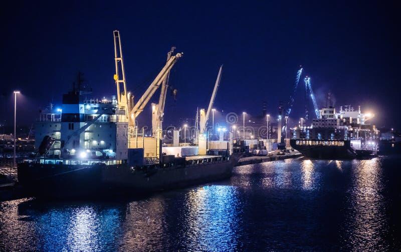 Ładunków statki przy nocą w przemysłowych dokach zdjęcie royalty free