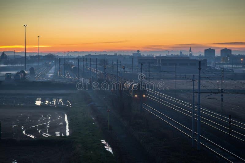 Ładunku pociąg przy zmierzchem zdjęcie royalty free