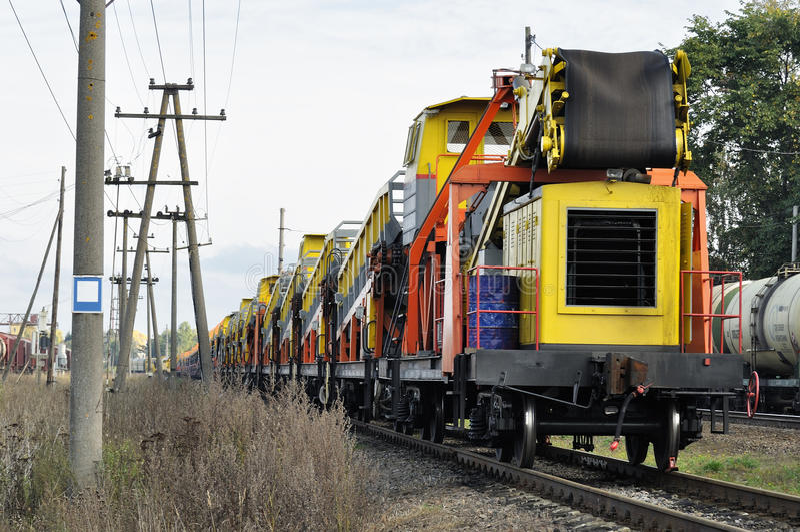 Ładunku pociągu pobyt na kolei obrazy royalty free