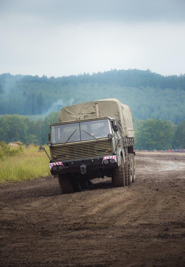 Ładunku pojazd wojskowy niesie dostawy zdjęcie stock