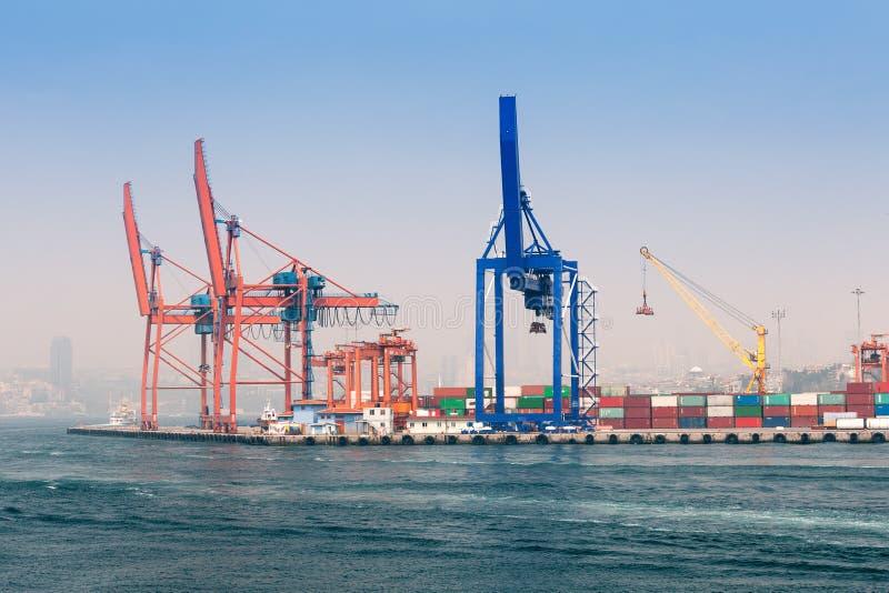 Download Ładunku port Istanbuł zdjęcie stock. Obraz złożonej z ładunek - 53784350