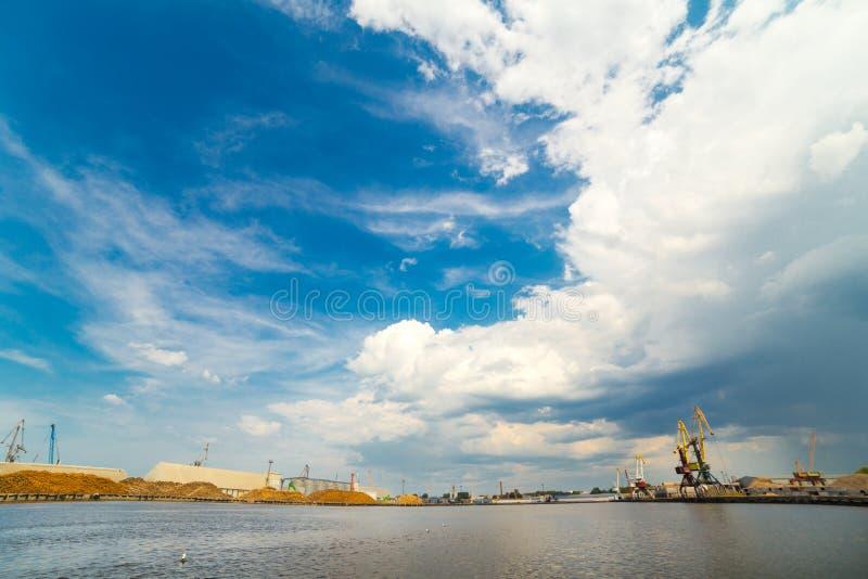 Ładunku portu morskiego kąta szeroki widok Liepaja Latvia zdjęcia royalty free