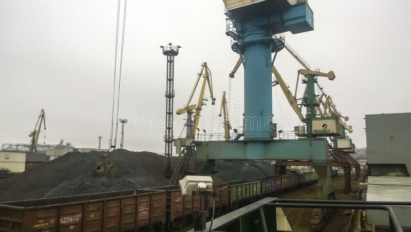 Ładunku przemysłowy port, portowi żurawie Ładować antracyt trans zdjęcia stock