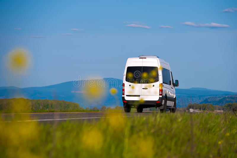 Ładunku samochód dostawczy wpisujący w naturalnym krajobrazie zdjęcia royalty free