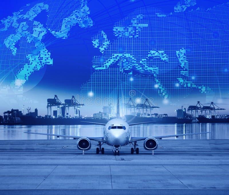 Ładunku samolotu parking w lotniskowych pasach startowych behind i wysyłka porcie fotografia stock