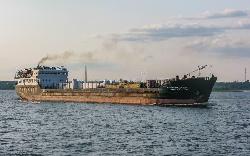 Ładunku statek żegluje wzdłuż Volga rzeki blisko Kazan, Rosja fotografia royalty free