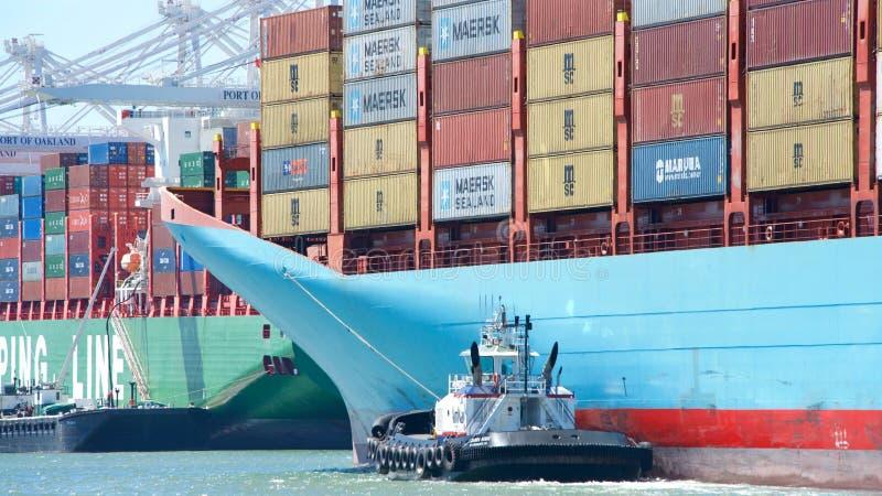 Ładunku statek GERDA MAERSK wchodzić do port Oakland zdjęcie royalty free