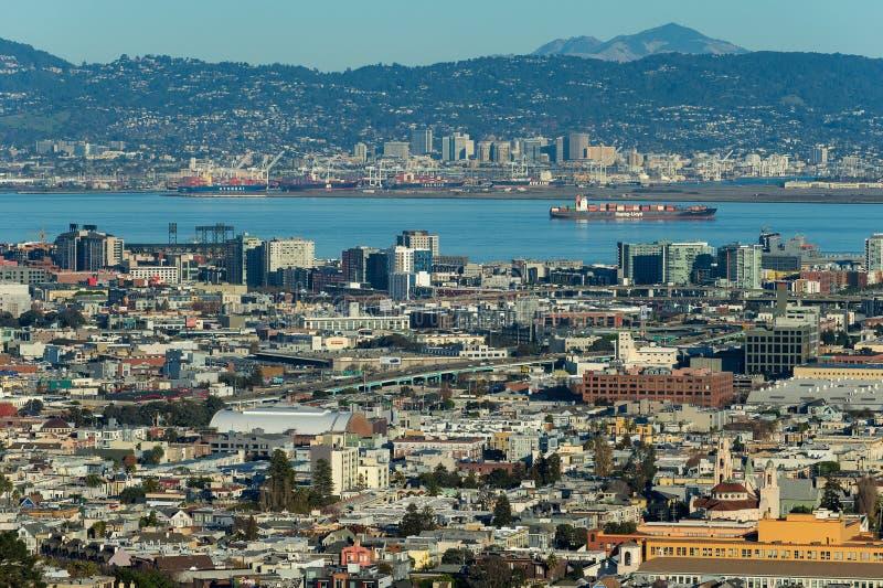 Ładunku statek na San Fransisco Podpalanym pobliskim porcie Oakland obrazy stock