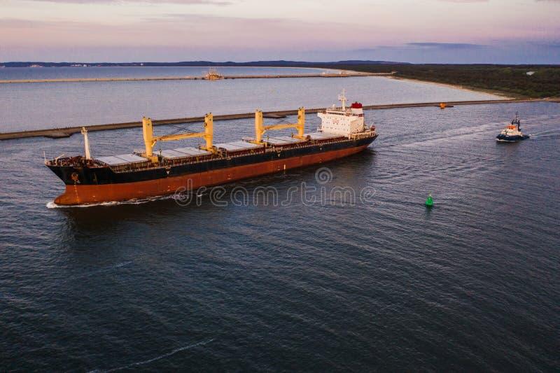 Ładunku statek opuszcza port, północny Polska obraz stock