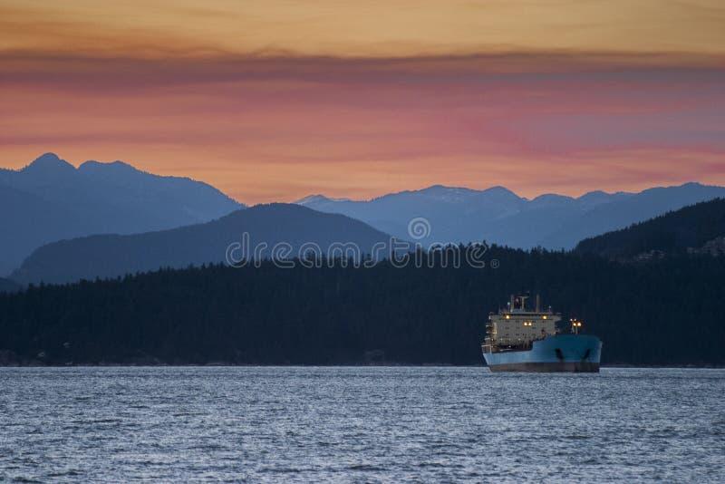 Ładunku statek przy kotwicą w wieczór fotografia stock