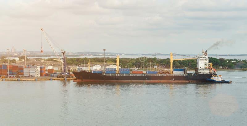 Ładunku statek w dockyard fotografia stock