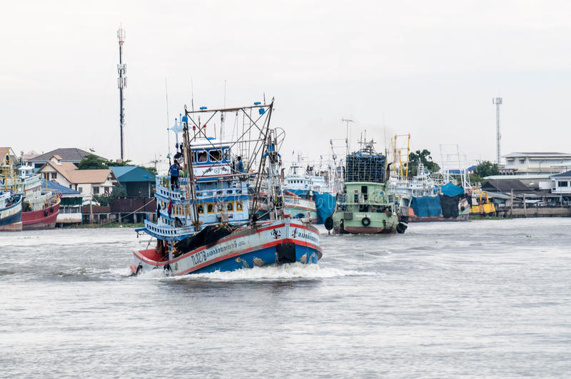 Ładunku statek w morzu, Samut sakorn Tajlandia obraz stock