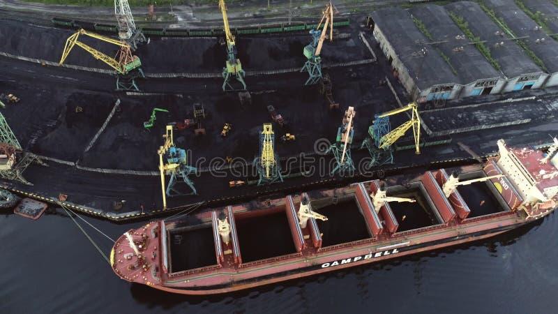 Ładunku statek w Portowym widok z lotu ptaka od trutnia zdjęcie stock