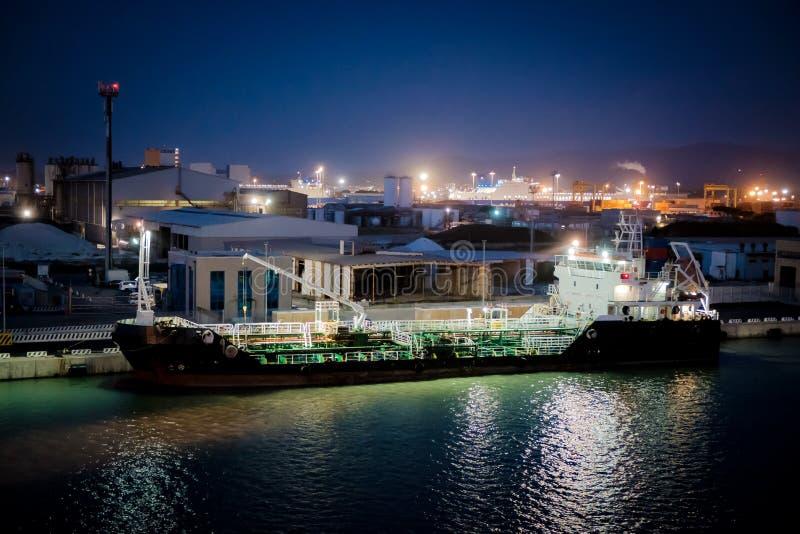 Ładunku statek w przemysłowym doku zdjęcia royalty free