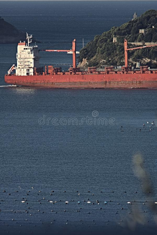 Ładunku statek w zatoce los angeles Spezia, Liguria fotografia stock