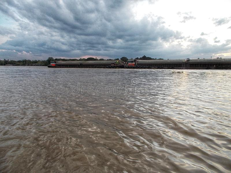 Ładunku statek wzdłuż nadmiernej Chao praya rzeki, Bangkok Tajlandia obrazy stock