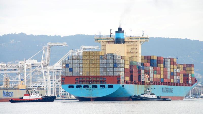 Ładunku statku GERD MAERSK manewr w port Oakland fotografia royalty free