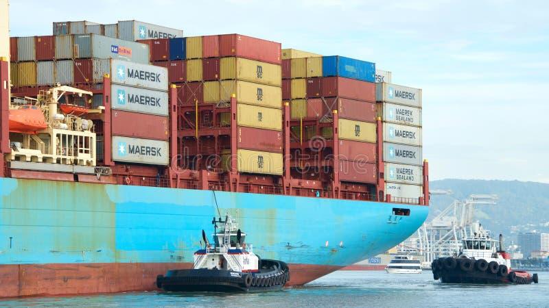 Ładunku statku GERD MAERSK manewr w port Oakland obraz royalty free