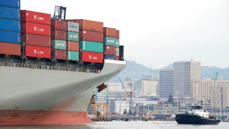 Ładunku statku HAMBURG most odjeżdża port Oakland obrazy royalty free