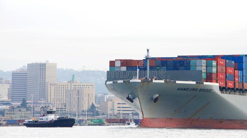 Ładunku statku HAMBURG most odjeżdża port Oakland obraz royalty free