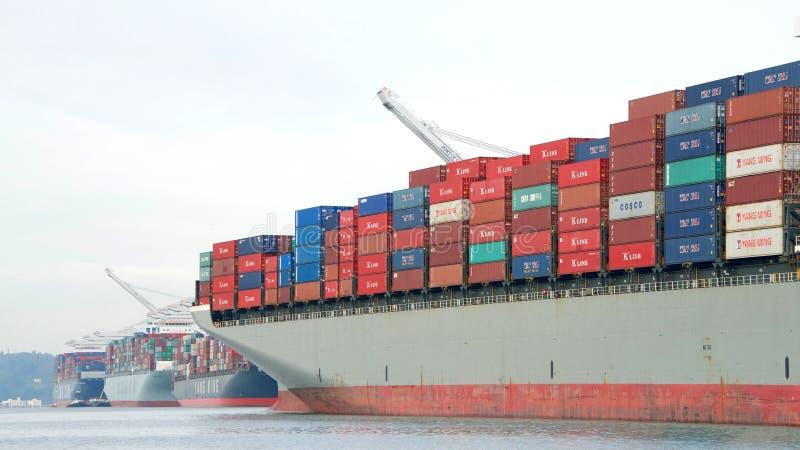Ładunku statku HAMBURG most odjeżdża port Oakland zdjęcie royalty free