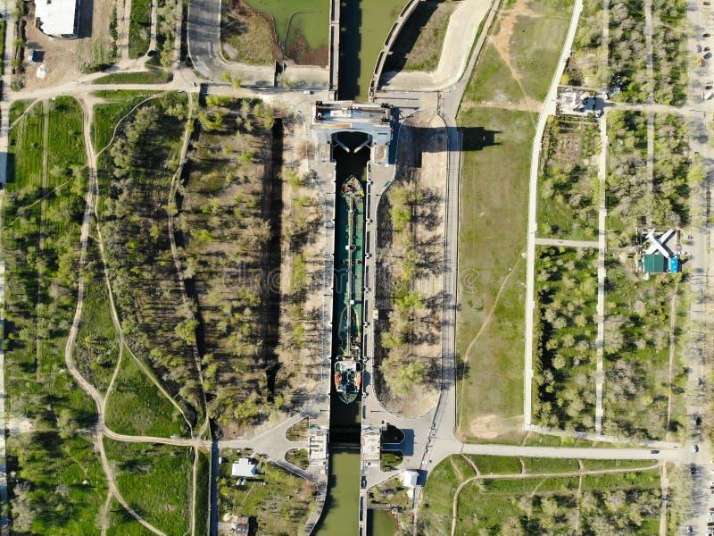 Ładunku tankowiec ładujący z nafcianymi przepustkami przez pierwszy kędziorka Don wysyłki kanał volkswagens Rosja obrazy royalty free