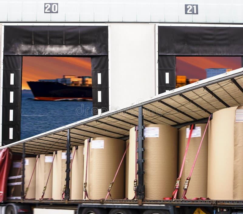 Ładunku transport - ciężarówka w magazynie Transport frachtowy Europa obraz royalty free