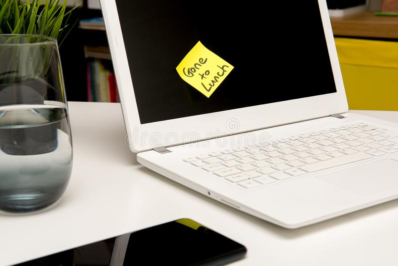 ?ama czas przy biurem, czas dla przerwy na lunch notatki na komputerze zdjęcie stock