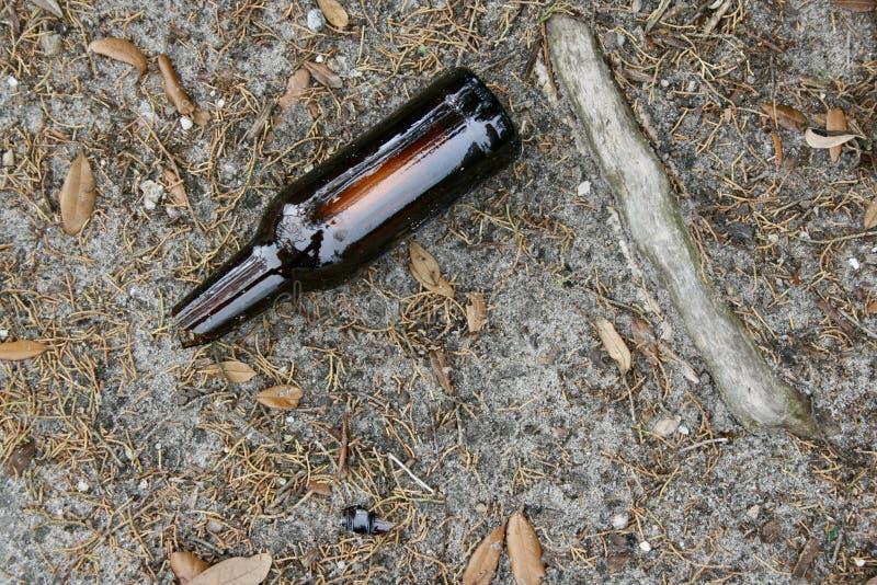 łamająca piwna butelka obrazy royalty free
