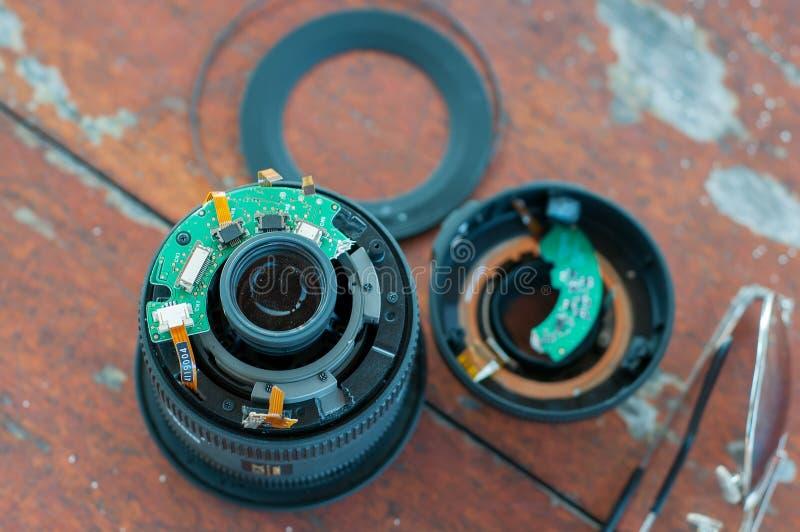 Łamający kawałka dslr kamery cyfrowy obiektyw z wypadkiem zdjęcie royalty free
