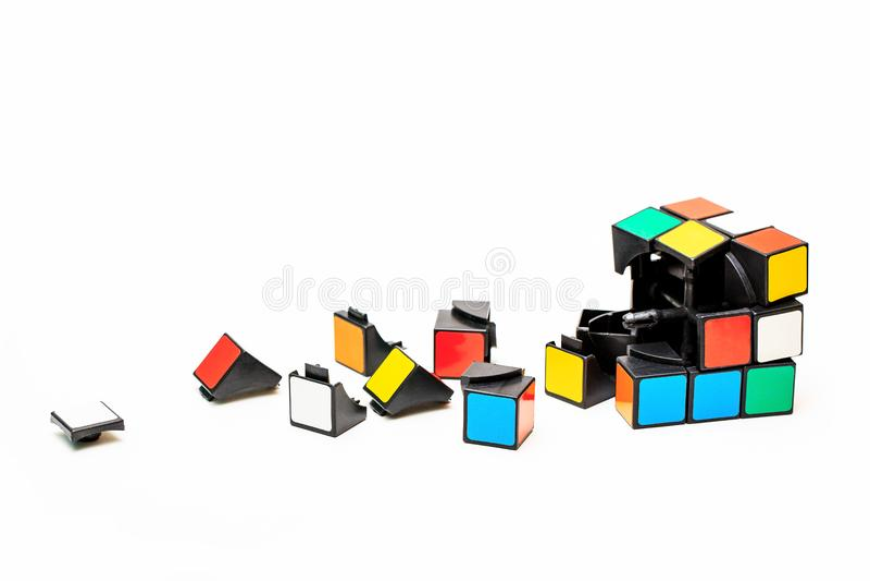 Łamający sześcian Rubiks i część od go obrazy stock