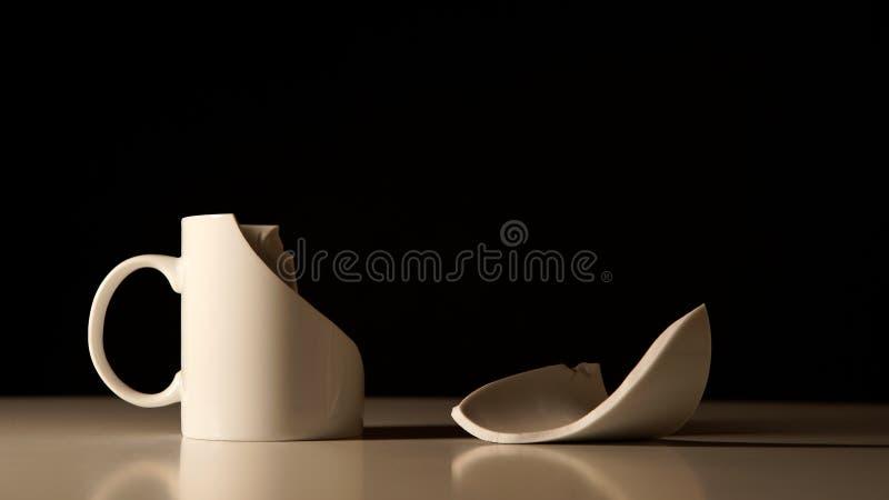 Łamana Biała filiżanka i drzazga obok ona zdjęcie stock