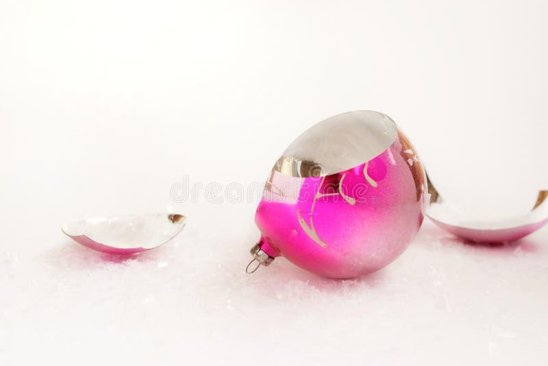 Łamana Bożenarodzeniowa piłka, czerepy pojęcie, nowy rok, zli boże narodzenia, zły i drogi zdjęcie royalty free