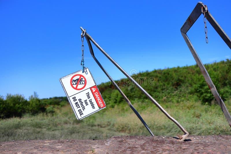 Łamana drabina i znak ostrzegawczy zdjęcia royalty free