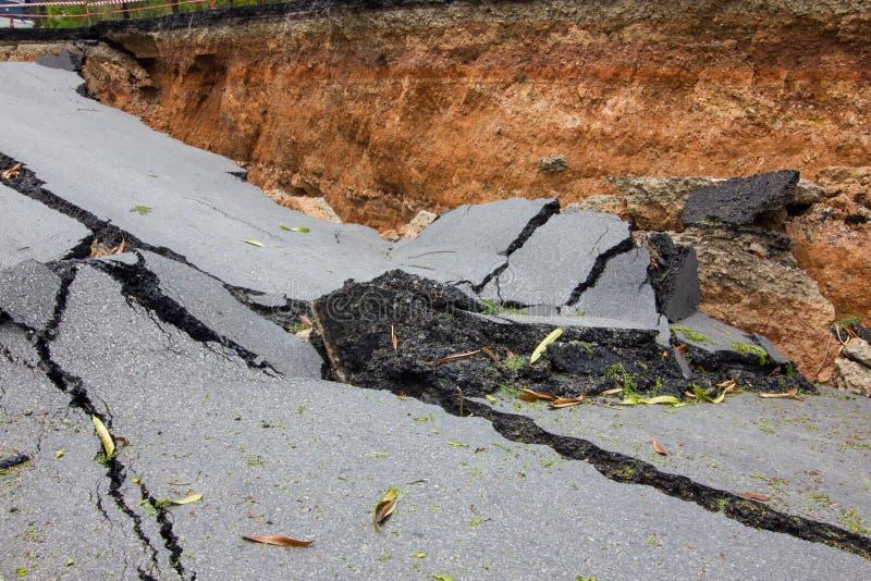 Łamana droga trzęsieniem ziemi w Chiang Raja, Thailand obrazy royalty free