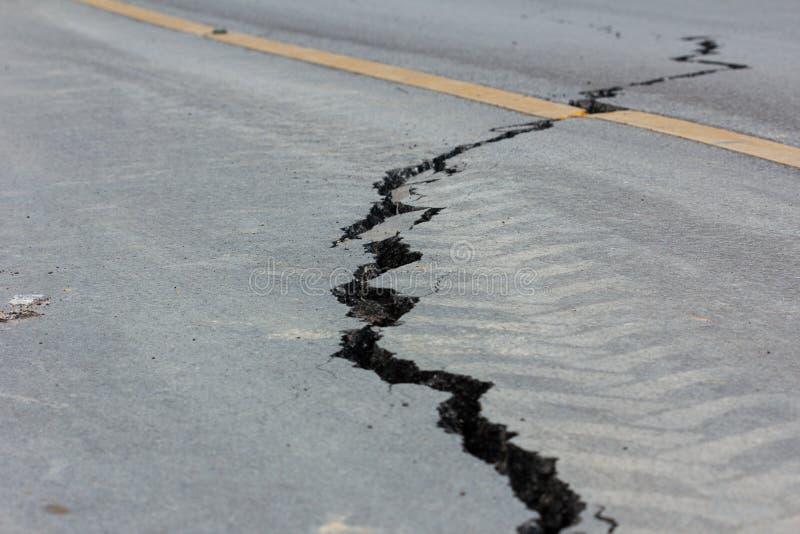 Łamana droga trzęsieniem ziemi w Chiang Raja, Thailand zdjęcie stock