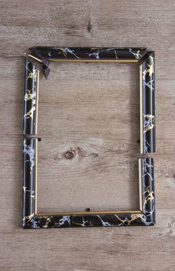 Łamana fotografii rama na drewnianym tle obrazy royalty free