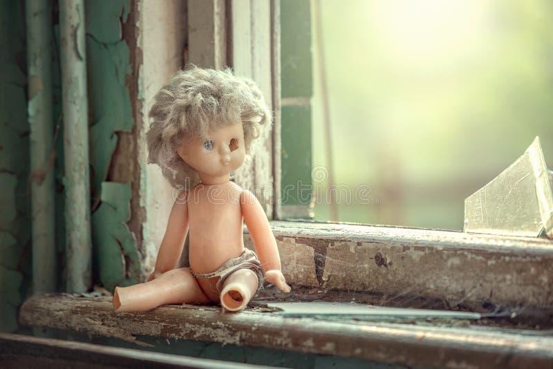 Łamana lala blisko okno w zaniechanej szkole w Pripyat obraz royalty free