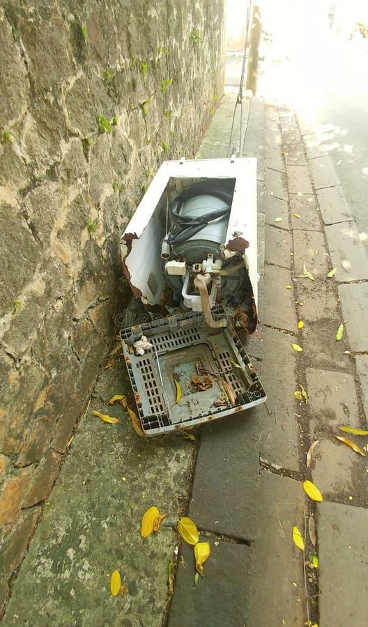 Łamana pralka wywalał w bruku w ulicie zdjęcia stock