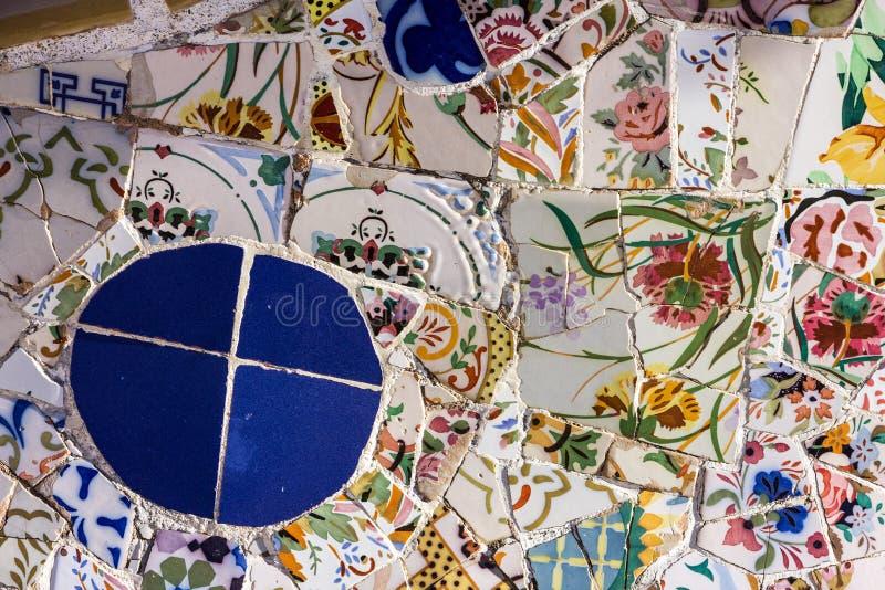 Łamana szklana mozaiki płytka, dekoracja w Parkowym Guell, Barcelona, Hiszpania Projektujący Gaudi fotografia stock