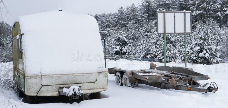 Łamana turystyczna samochodowa przyczepa zakrywająca z śniegiem w zimie dla fotografia royalty free