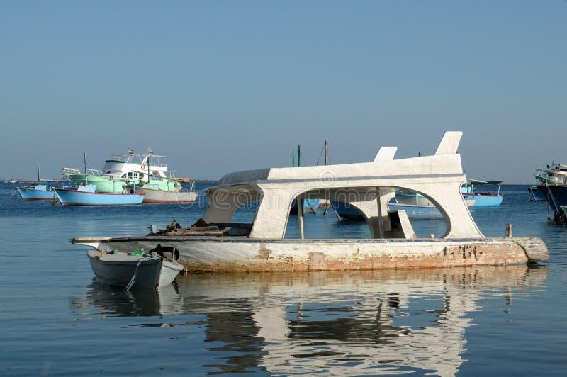 Łamana zapadnięta przyjemności łódź w wodzie, fotografia stock