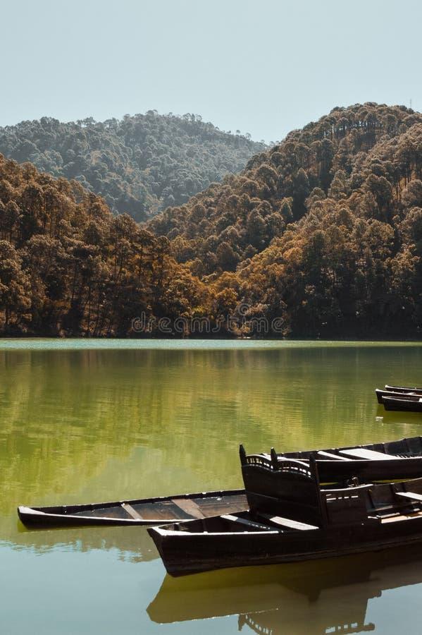 Łamane rząd łodzie w Halnym jeziorze fotografia stock