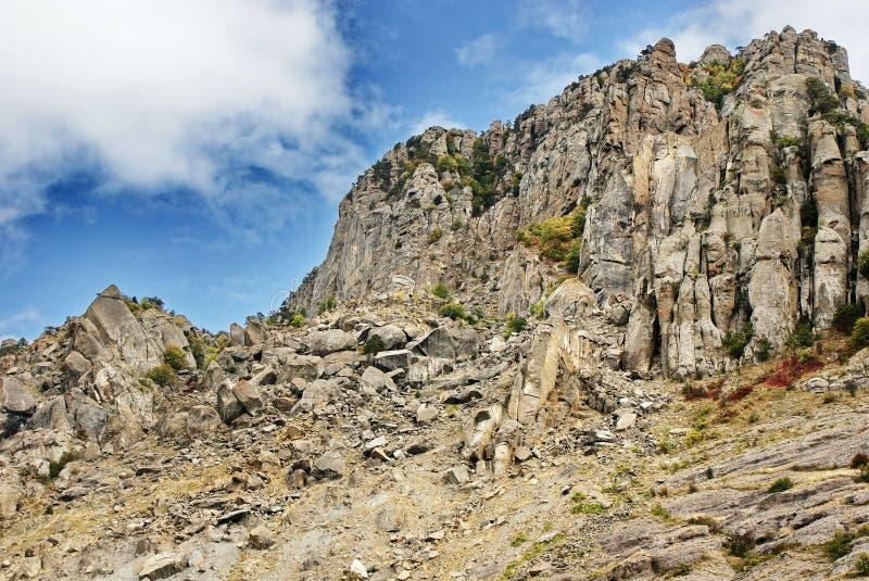 Łamane skały przy stopą góry zdjęcia stock