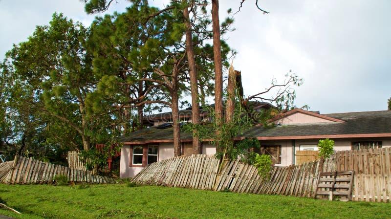 Łamani drzewa i ogrodzenie po huraganowego Irma obraz stock