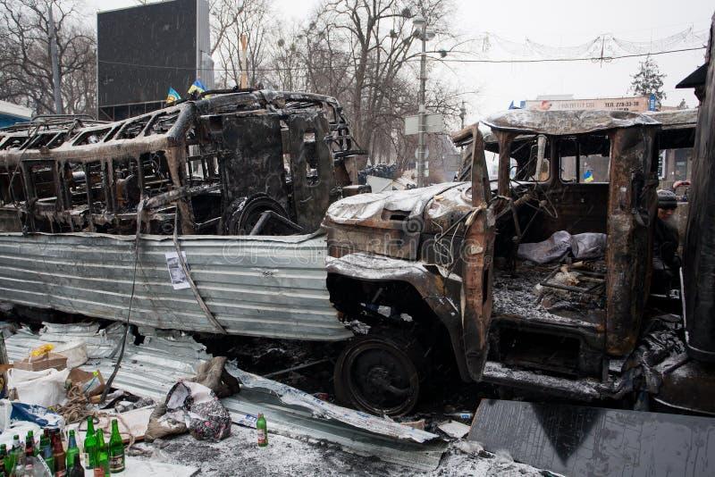 Łamani i całkowicie palący autobusy na masywnych barykadach zajmować śnieżnego miasto podczas antyrządowego protesta i samochody obrazy stock