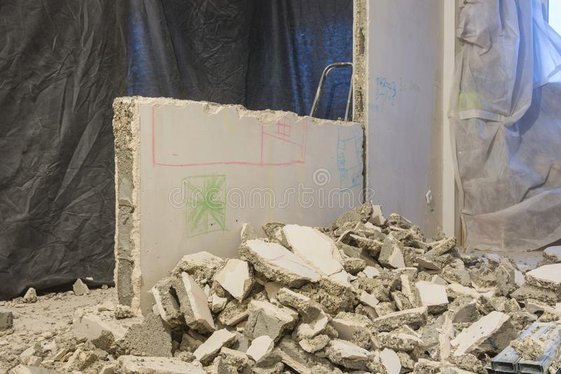 Łamani kawałki ścienny kłamstwo blisko ściany rozmontowywa fotografia stock