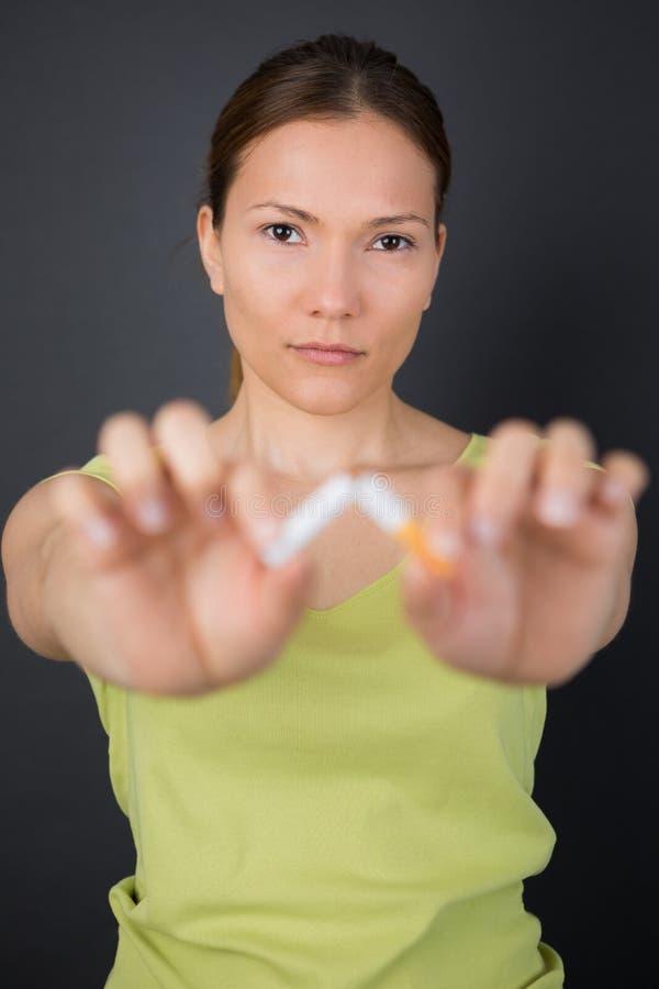 łamania papierosowi kobiety potomstwa obrazy stock