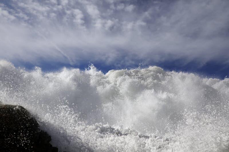 Łamanie fala najeżdża skalistego wybrzeże fotografia royalty free